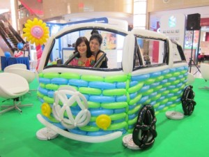 Fathers-day-balloon-sculpture_volkswagen-kombi-vintage-car-balloon-sculpture_happier-singapore-528x396